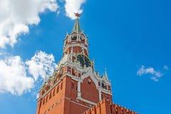 El reloj chiming de la torre de Spasskaya del Kremlin Moscú fotos de archivo