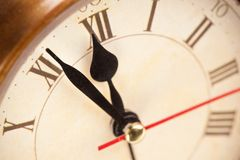 El reloj de alarma es a cerca de 12 P.M. Fotografía de archivo