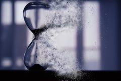 El reloj de arena como tiempo que pasa y desaparece concepto Imagen de archivo