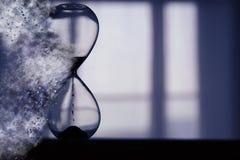 El reloj de arena como tiempo que pasa y desaparece concepto Fotos de archivo