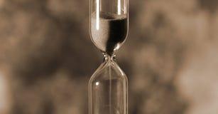 El reloj de arena de cristal está vertiendo la arena expira tiempo stock de ilustración