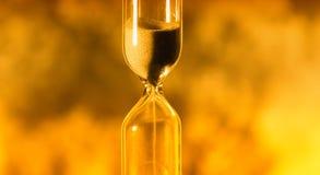 El reloj de arena de cristal está vertiendo la arena expira tiempo libre illustration