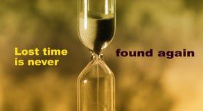 El reloj de arena de cristal está vertiendo la arena expira tiempo Tiempo perdido ilustración del vector