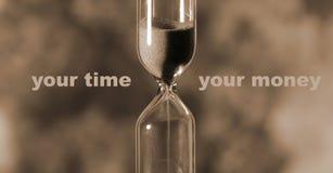El reloj de arena de cristal está vertiendo la arena expira tiempo Su tiempo stock de ilustración