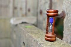 El reloj de arena es la pérdida de nuestro tiempo deseado Imágenes de archivo libres de regalías