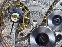 El reloj de bolsillo antiguo engrana y funciona--Macro Fotografía de archivo libre de regalías