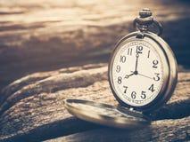 El reloj de bolsillo retro con número antiguo está mostrando las 8 Fotografía de archivo