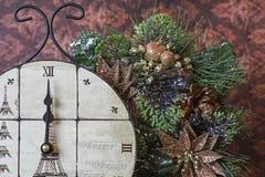 El reloj de la medianoche con el árbol de pino Imagenes de archivo