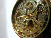El reloj de los hombres del dial del oro imagen de archivo