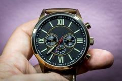 El reloj de los hombres modernos, color del marrón-oro Imagenes de archivo