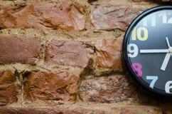 El reloj de pared coloreado Fotos de archivo libres de regalías