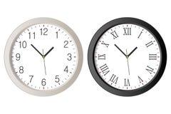 El reloj de pared realista fijó con números romanos negros y el dial blanco de la reloj-cara con números árabes stock de ilustración