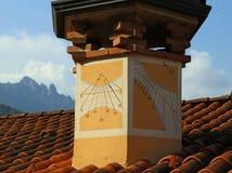 el reloj de sol antiguo con hora numera en la chimenea de una casa Fotos de archivo