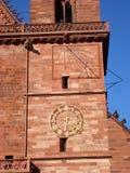 El reloj de sol y el mecánico registran en la catedral, Basilea, Suiza Foto de archivo