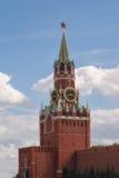 El reloj del Kremlin chimes el primer contra un cielo nublado azul moscú Imagen de archivo libre de regalías