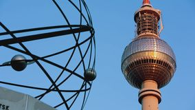 El reloj del universo de la torre del detalle TV de la salida del sol de Berlín ayuna almacen de video