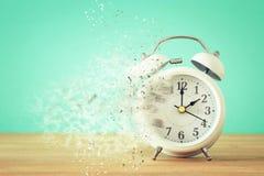 El reloj del vintage como tiempo que pasa y desaparece concepto Fotos de archivo