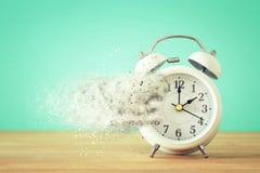 El reloj del vintage como tiempo que pasa y desaparece concepto Imagenes de archivo
