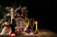 ¡El reloj en cinco minutos a la medianoche! ` S Eve del Año Nuevo Imagenes de archivo
