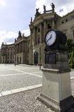 El reloj en el cuadrado delante de la universidad de Humboldt en Berlín en día del otoño en Berlín, Alemania septiembre de 2017 fotografía de archivo