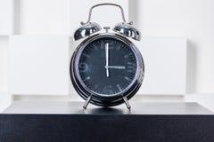 El reloj en el nightstand Fotografía de archivo
