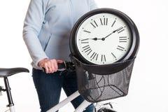 El reloj en la cesta de la bicicleta Imagenes de archivo