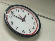 El reloj en la pared fotografía de archivo libre de regalías