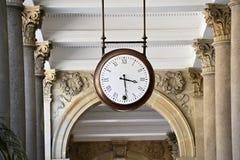 El reloj en la 'promenade' en Karlovy varía imagen de archivo libre de regalías