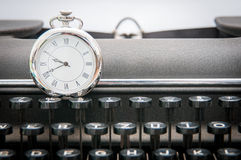 El reloj encendido escribe a máquina fotografía de archivo