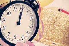 El reloj a las doce en los Años Nuevos va de fiesta, filtrado Fotos de archivo libres de regalías