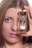 El reloj lindo de la muchacha y de la arena Imágenes de archivo libres de regalías