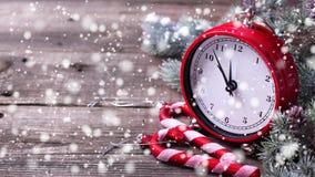 El reloj, los bastones de caramelo y el árbol decorativos de la piel de las ramas en envejecido cortejan fotografía de archivo libre de regalías