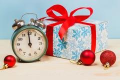 El reloj mecánico viejo muestra las doce Imagen de archivo libre de regalías