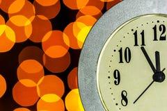 El reloj muestra a tiempo cinco minutos antes de la reunión del ` s del Año Nuevo Foto de archivo libre de regalías