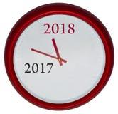 El reloj rojo con el cambio 2017-2018 representa el Año Nuevo que viene 2018 Imágenes de archivo libres de regalías