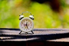 El reloj se coloca en la madera vieja en el d3ia y se empaña el fondo foto de archivo libre de regalías