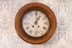 El reloj viejo en la pared imagen de archivo