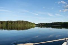 el remar en el lago en Finlandia Foto de archivo