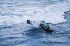 El remar en una onda que se estrella fotografía de archivo libre de regalías
