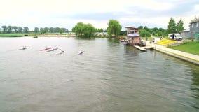 El remar y el Canoeing La visión desde el abejón en los atletas de la natación del río aéreos metrajes
