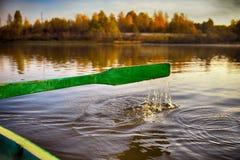 El remo en los barcos de rowing en el distrito ruso flota a la costa Foto de archivo libre de regalías