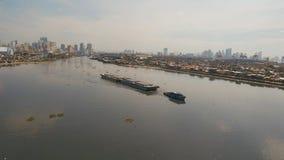 El remolcador de la visión aérea y barge adentro el mar Filipinas, Manila fotos de archivo libres de regalías