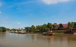 El remolcador y la gabarra llevan la arena a lo largo del río de Chaophraya Imágenes de archivo libres de regalías