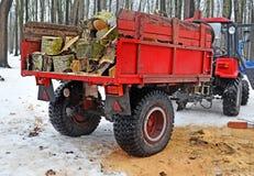 El remolque rojo con la leña 2 Imagen de archivo
