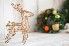 El reno bonito con la guirnalda del pino es símbolo de Imagen de archivo