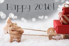 El reno con el trineo, fondo de plata, manda un SMS a 2018 feliz Foto de archivo