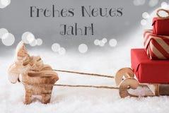 El reno con el trineo, fondo de plata, Neues Jahr significa Año Nuevo Fotografía de archivo