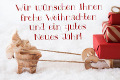El reno con el trineo, Frohes Neues Jahr significa Feliz Año Nuevo Imagen de archivo libre de regalías