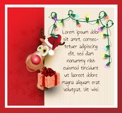 El reno, con la caja de regalo, ornamento enciende la Feliz Navidad y la Feliz Año Nuevo, tarjeta de felicitación roja del fondo foto de archivo libre de regalías