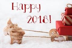 El reno con el trineo en nieve, manda un SMS a 2018 feliz Foto de archivo